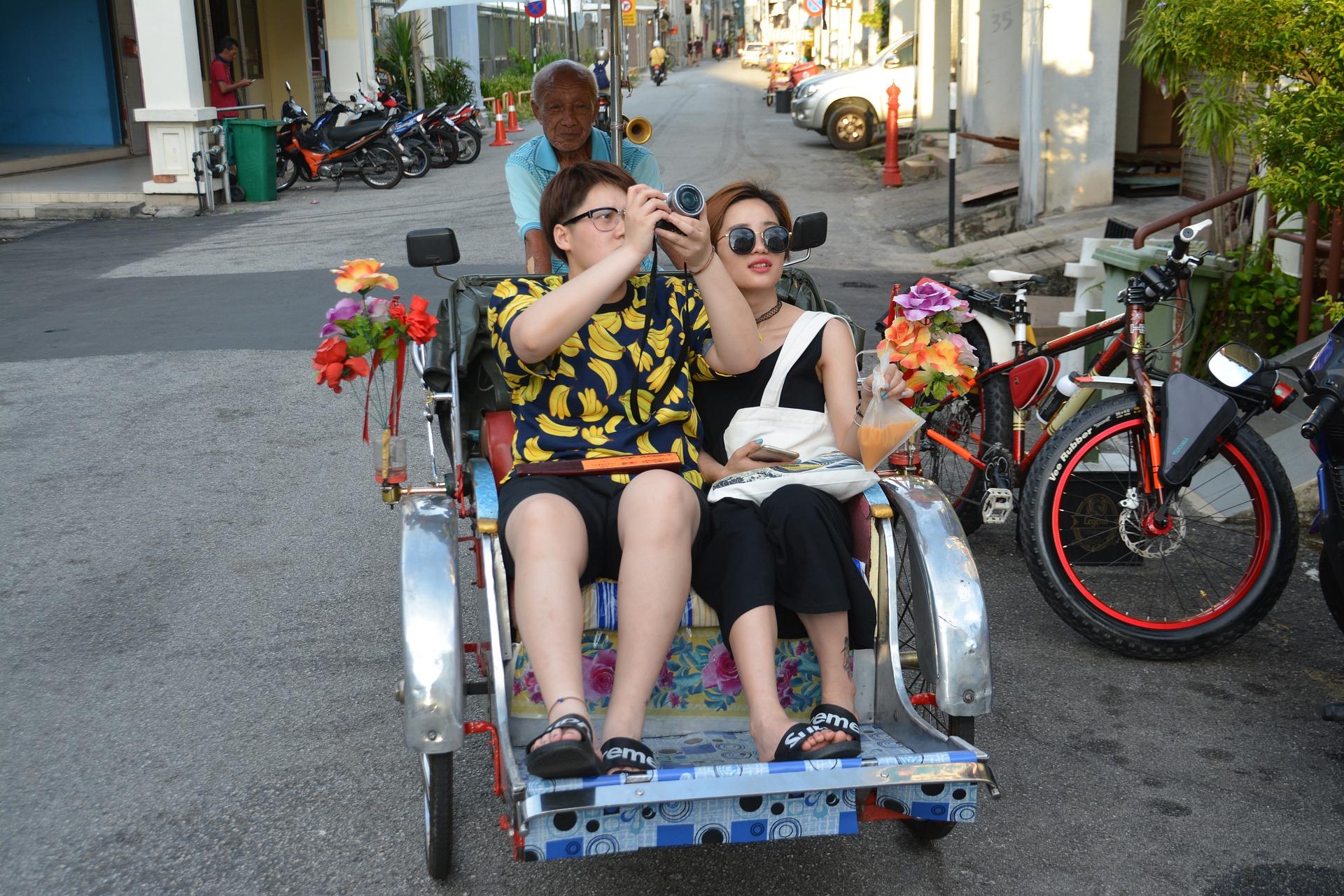 tourists-1432617_1920